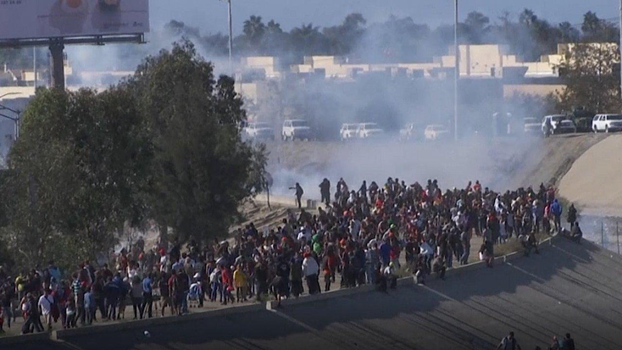 Američané zasáhli proti migrantům v Tijuaně slzným plynem.