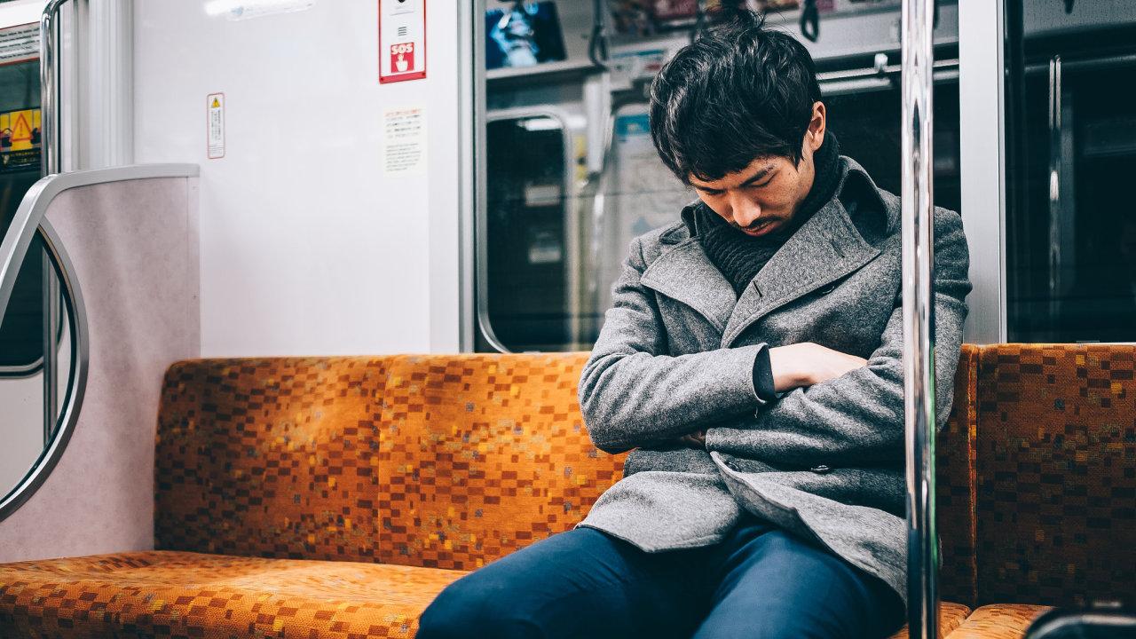Spící muž v tokijském metru.