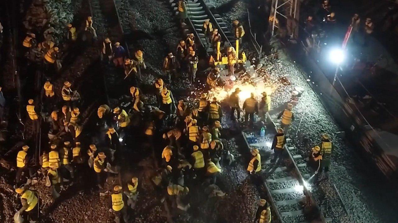 Výměna kolejí za pouhých šest hodin. Čína vyslala do práce tisíc dělníků