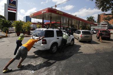 Nedostatek pohonných hmot ještě více prohlubuje už tak vážné ekonomické potíže a nedostatek potravin.