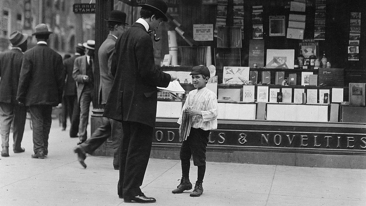 Dvanáctiletý James Loqulla, prodavač novin ve městě Wilmington. Kolem roku 1912.