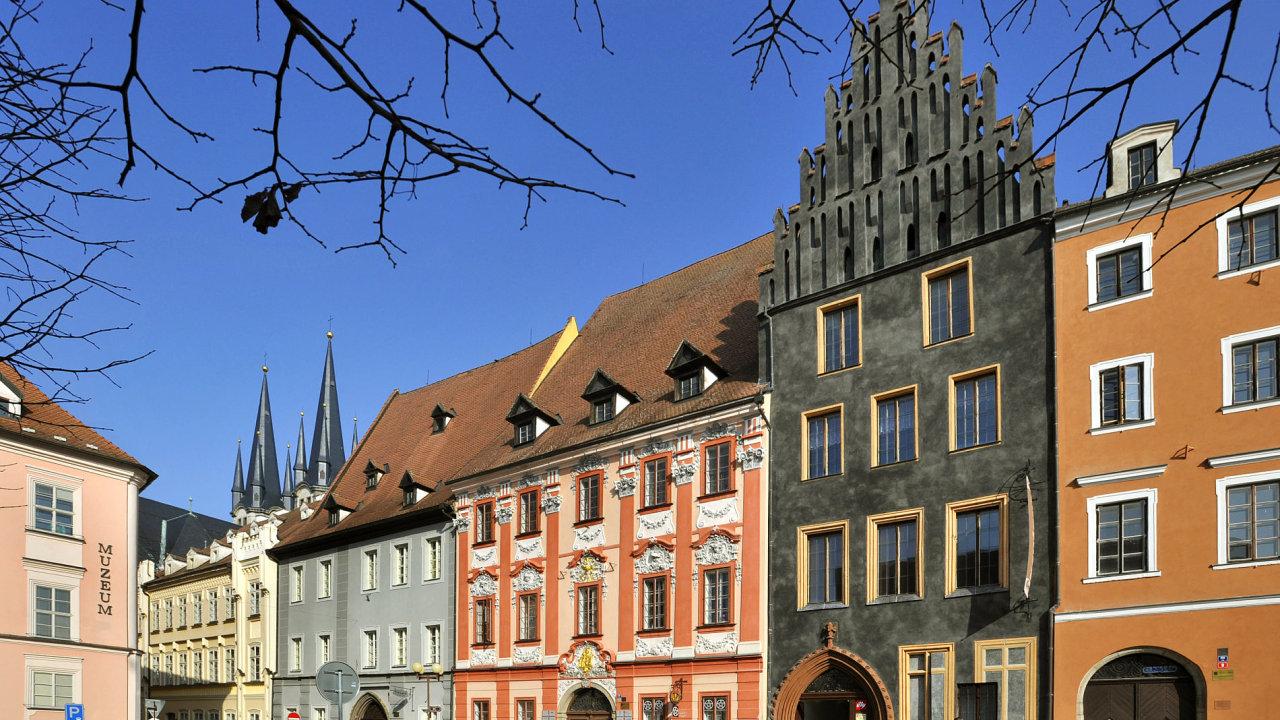 Cheb se stal Historickým městem roku 2014. Na fotce ze 17. února je Schirdingerovský dům s obnovenou černou fasádou na náměstí Krále Jiřího z Poděbrad.