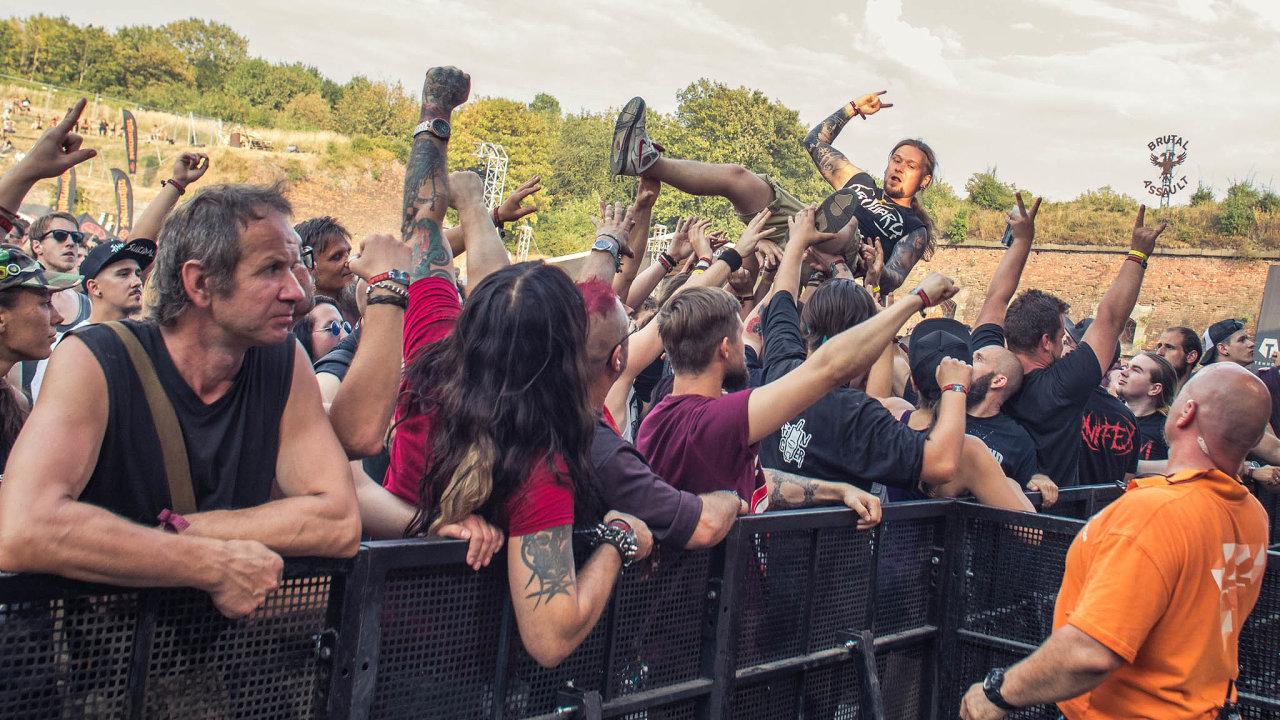 Poetika extrémního metalu je temná, krvavá, často satanistická. Takové motivy se objevují také na oblečení jeho fanoušků, kteří se do Josefova každý rok na festival Brutal Assault sjíždějí.