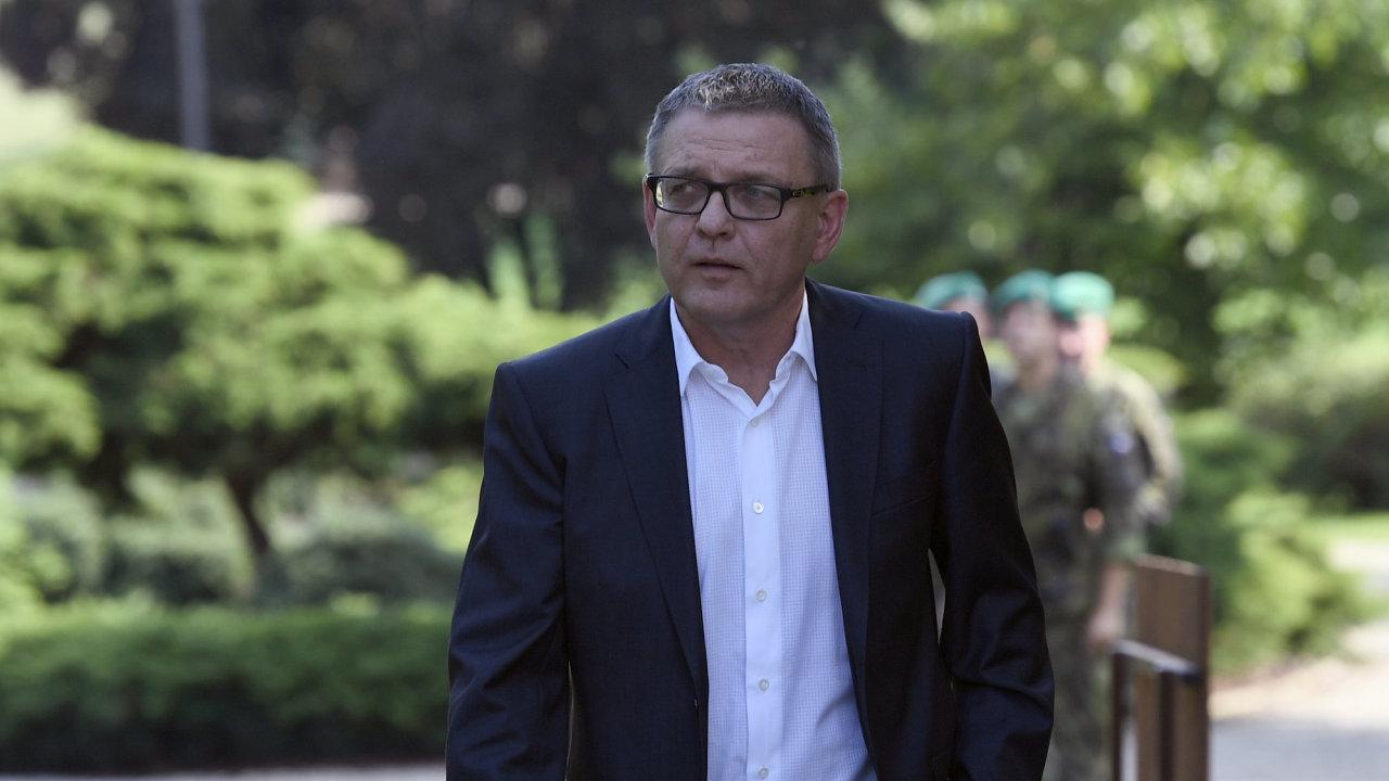 Lubomír Zaorálek přichází k novinářům po schůzce s prezidentem Milošem Zemanem 26. srpna na zámku v Lánech. Prezident Miloš Zeman po schůzce potvrdil, že Zaorálka v úterý jmenuje ministrem kultury.