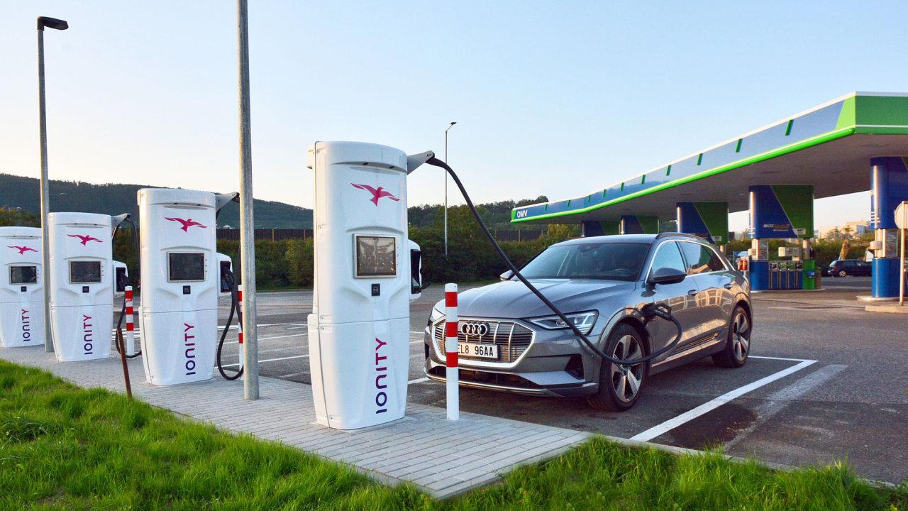 Čtyři rychlodobíječky firmy Ionity budou o čerpací stanice OMV u Berouna.