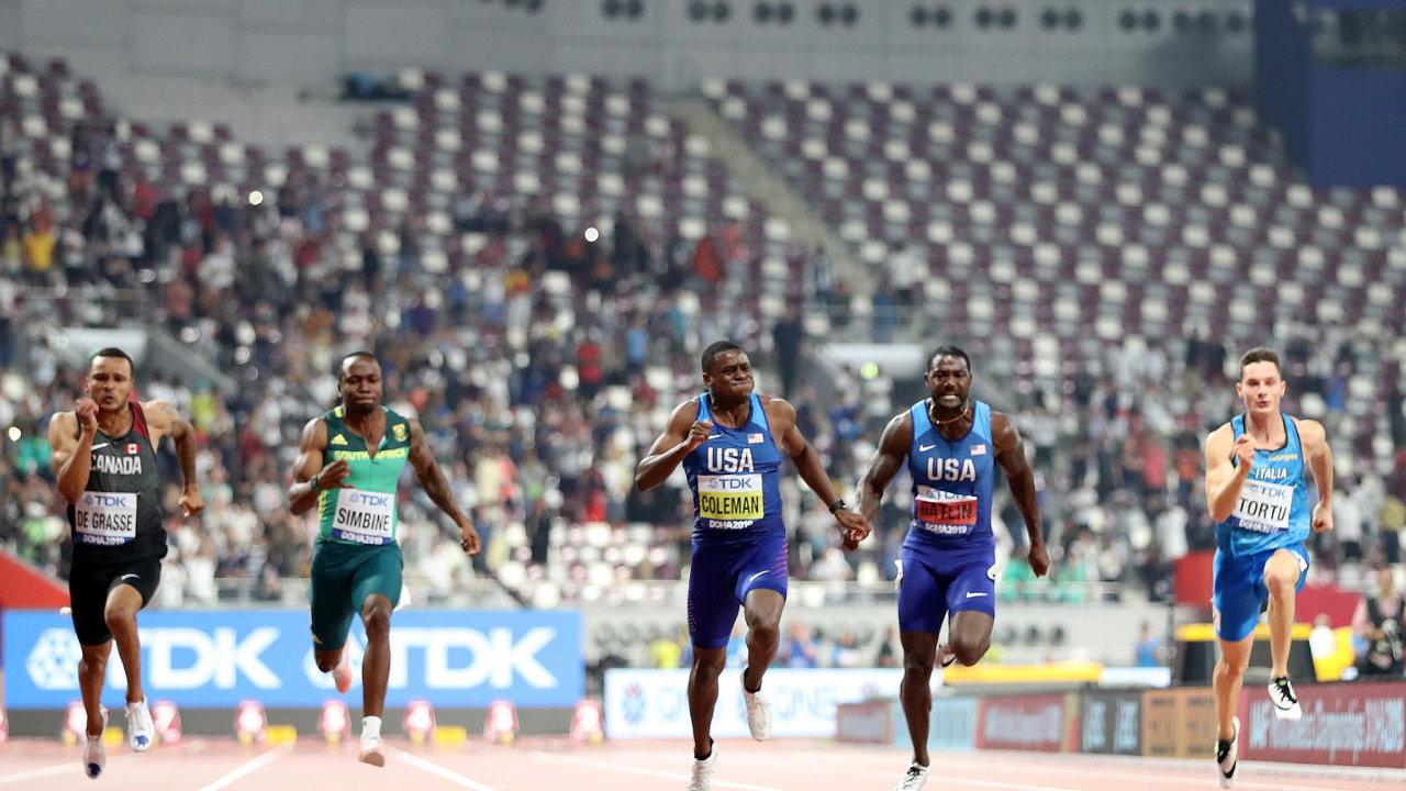 Bez diváků. Americký sprinter Christian Coleman (uprostřed) si běží pro titul mistra světa.