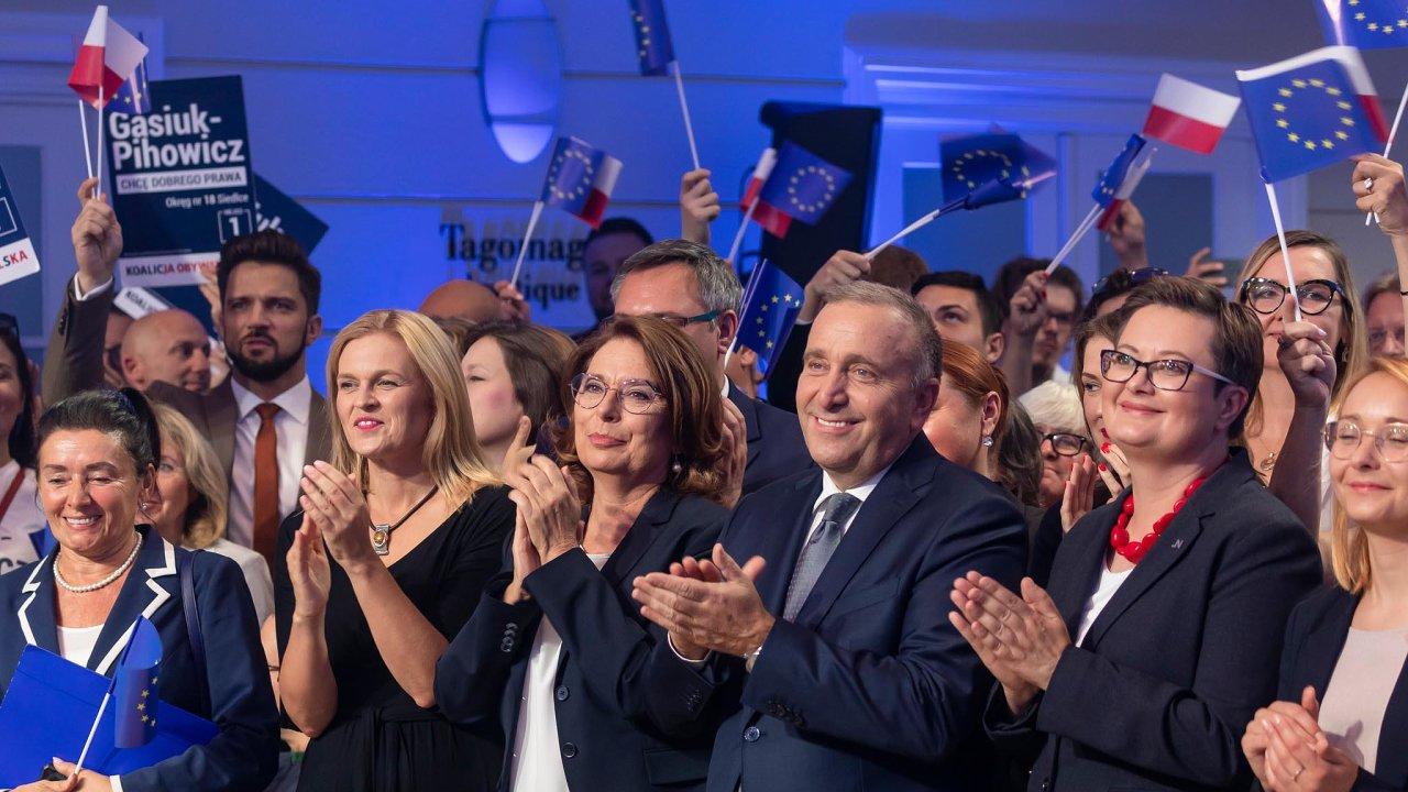 Málo charismatu: Vůdci nejsilnější polské opozice mají potíže oslovit lidi. Vpředu uprostřed šéf Občanské platformy Grzegorz Schetyna avlevo odněj kandidátka napremiérku Malgorzata Kidawa-Blońská.