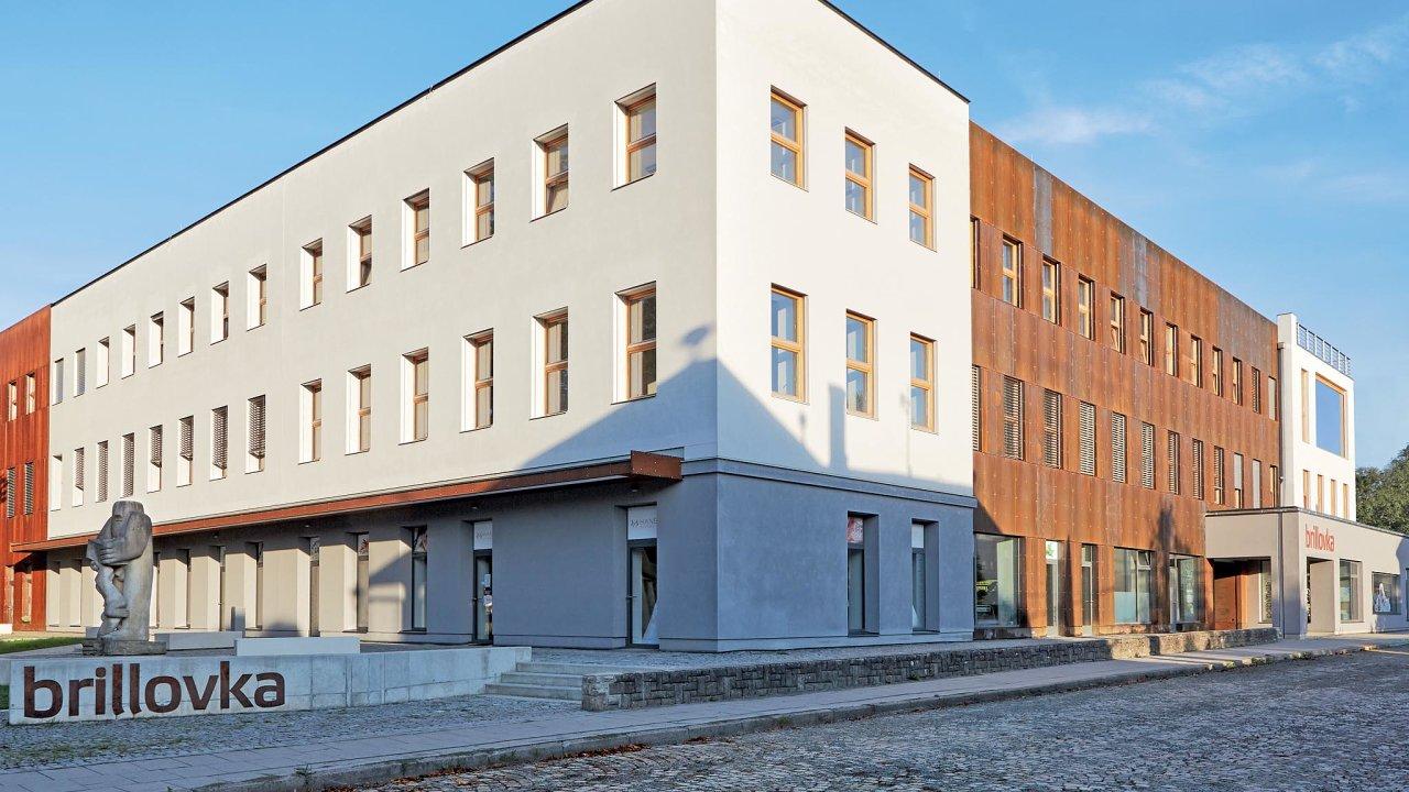 Opuštěná továrna byla rekonstruována aobohatila město ovíceúčelovou budovu. Vyznačuje se vlídným parterem sobchody ataké přesným umístěním plastiky Rozsévač odsochaře Mariuse Kotrby.