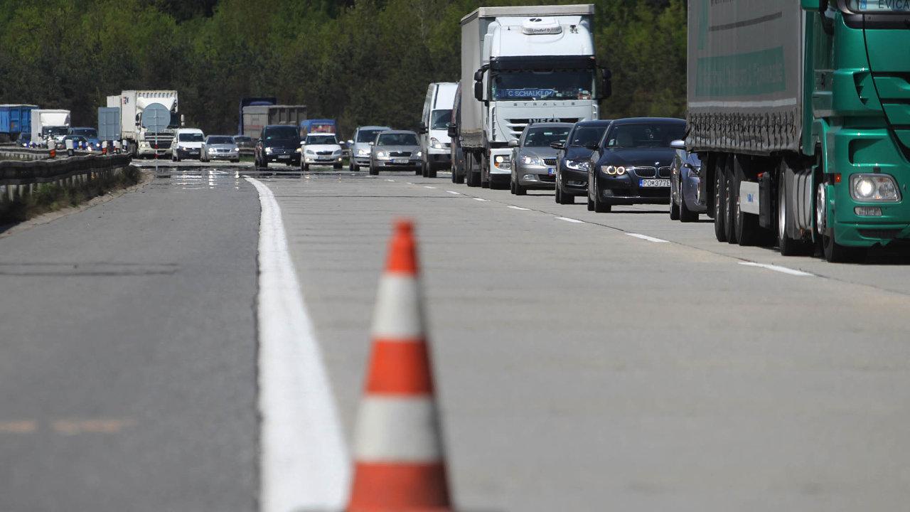 Loni vČesku přibyly pouze čtyři kilometry nových dálnic, letos se řidiči poprvé projedou podalších 34 kilometrech. Vláda přichází sdalším návrhem, jak pomalou výstavbu dopravních staveb zrychlit.