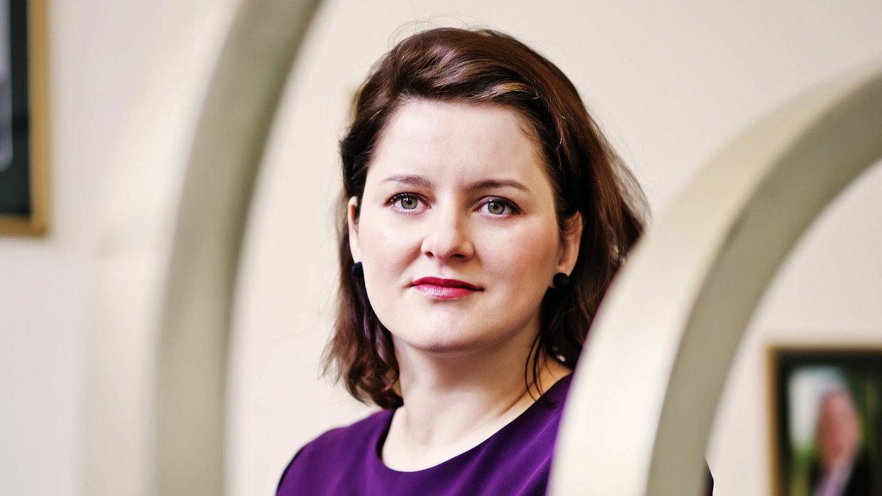 Přidat išetřit. Ministryně Jana Maláčová prosadila vyšší rodičovskou ipenze. Vdávkách nabydlení ale naopak bude hledat úspory.