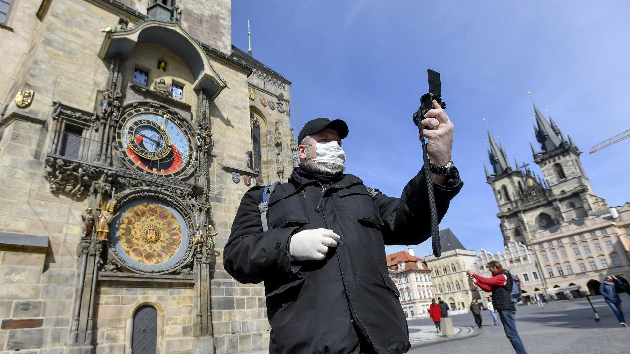 V Česku vláda lidem nezakázala procházky. Lidé by však měli dodržovat od sebe metrový odstup, pokud nesdílí domácnost.
