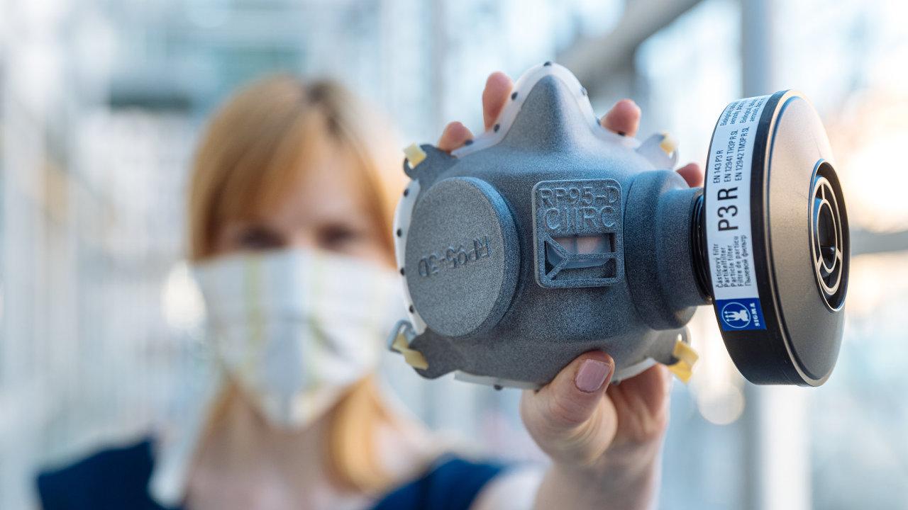 Ochrana před koronavirem. Polomasky vyráběné pomocí průmyslového 3D tisku podle návrhu Institutu informatiky, robotiky a kybernetiky (CIIRC) ČVUT a vývojového centra RICAIP.