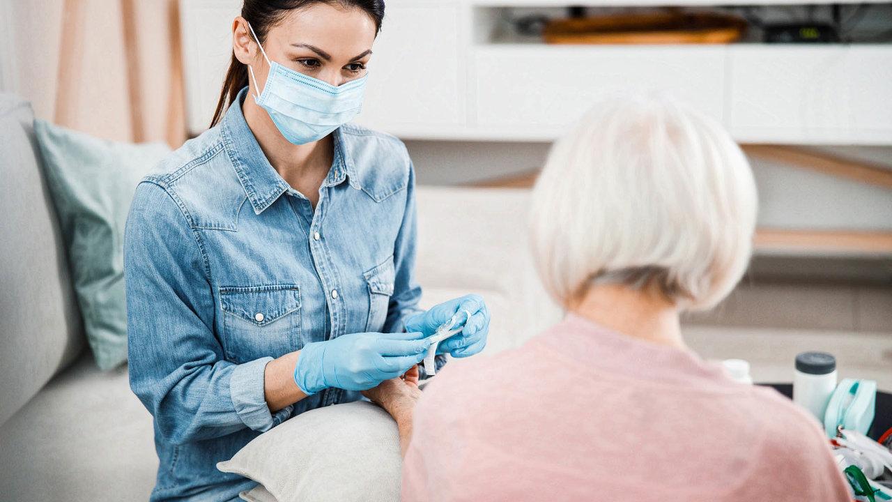 Pro sestry vdomácí péči apečovatelky platí povinné testování od4. května. Mělo by se provádět každé dva týdny.