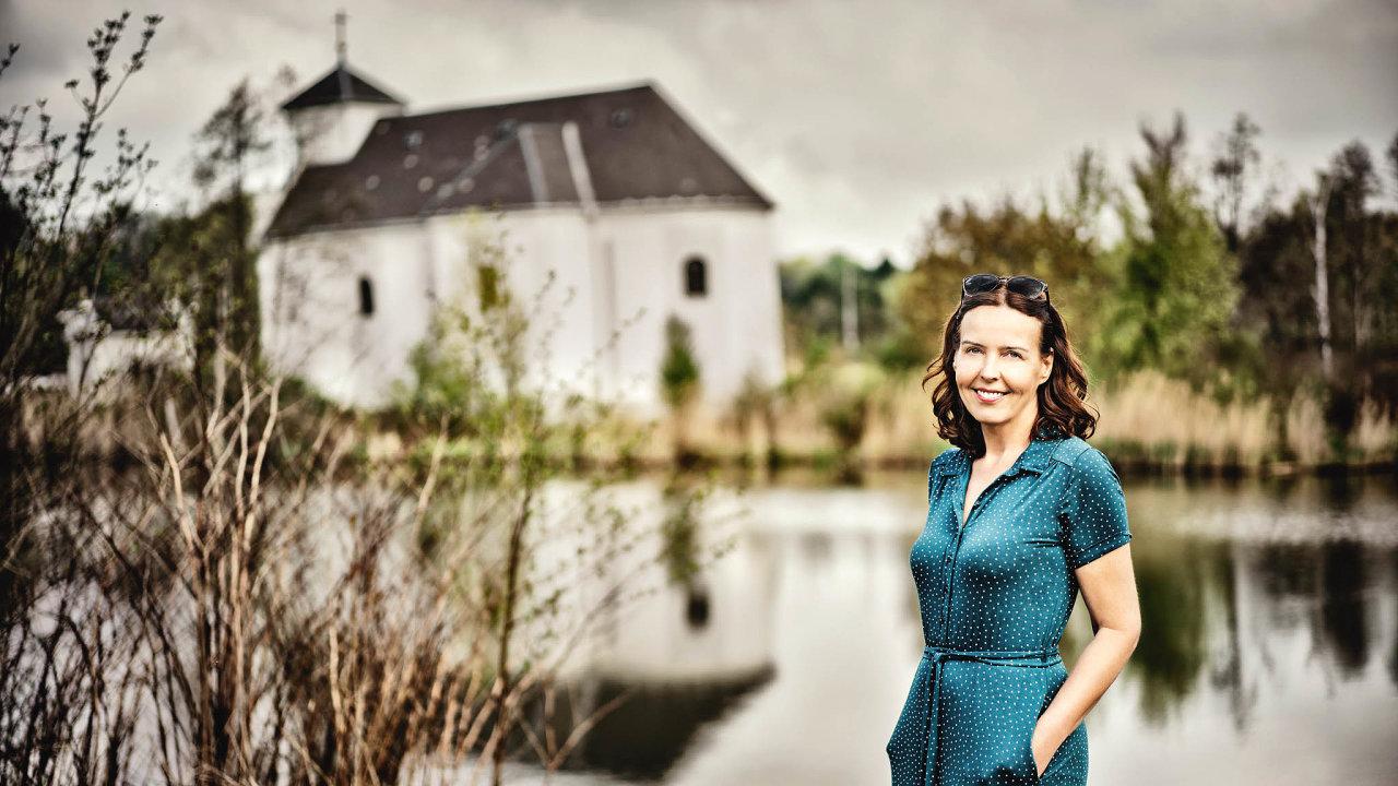 Bývalá majitelka nakladatelství Domino Karin Lednická napsala román Šikmý kostel jako svoji prvotinu.