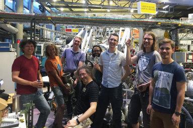 Tým vědců, kteří zmapovali, jak vzniká kov, na návštěvě v berlínském synchrotronu BESSY II.