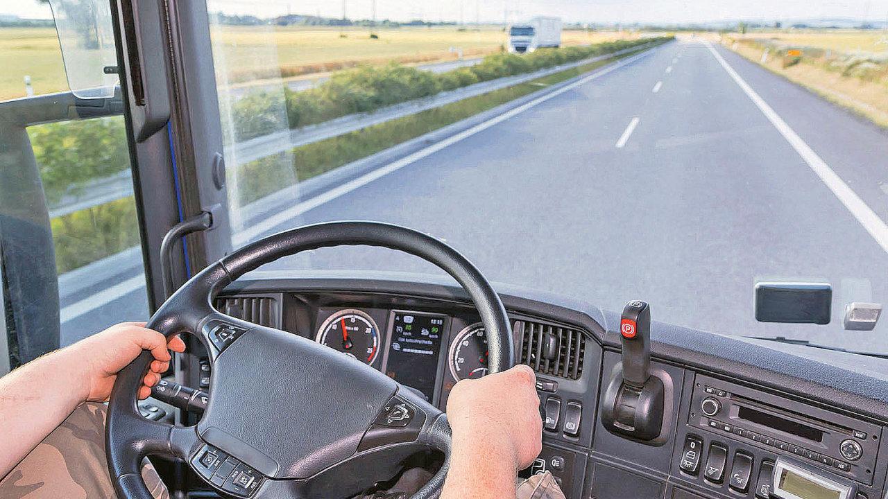 V České republice přispělo k nedostatku řidičů nákladní dopravy již před nějakou dobou také ukončení povinné vojenské služby.