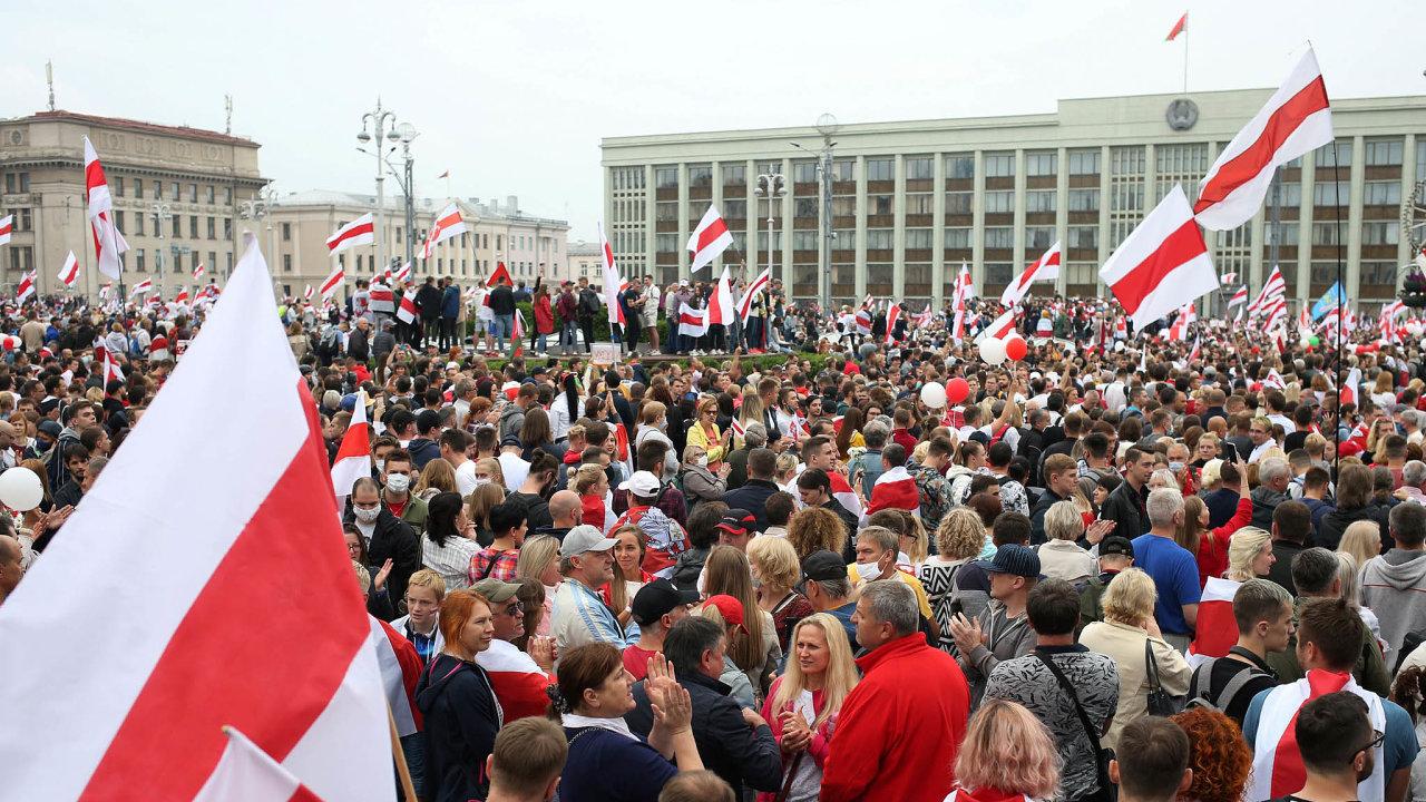 Vcentru Minsku protestovaly ovíkendu statisíce lidí. Požadovaly odchod prezidenta Alexandra Lukašenka.