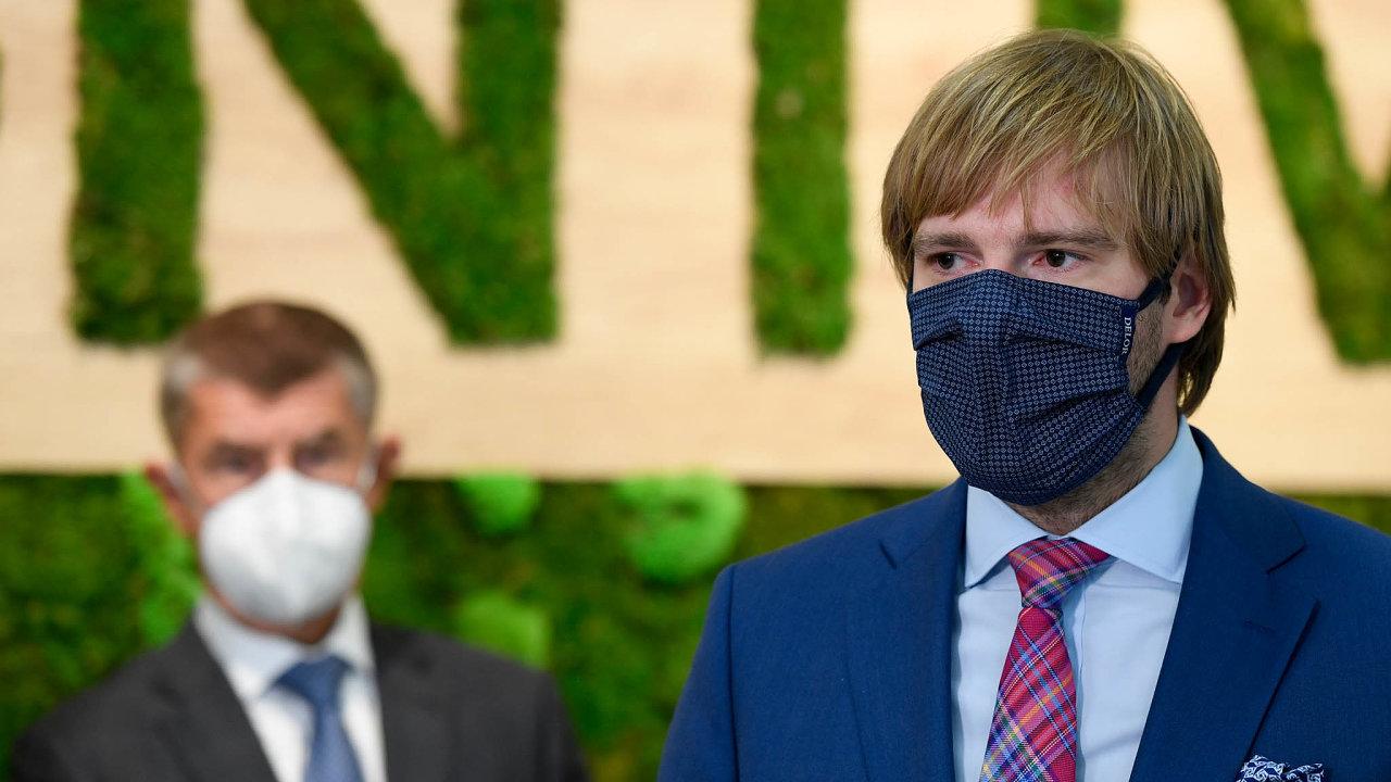 Premiér Babiš se narozdíl oddalších účastníků jednání, mezi nimiž byl iministr zdravotnictví Adam Vojtěch (zaANO), vyhnul karanténě, zacož jej zkritizovali političtí konkurenti.