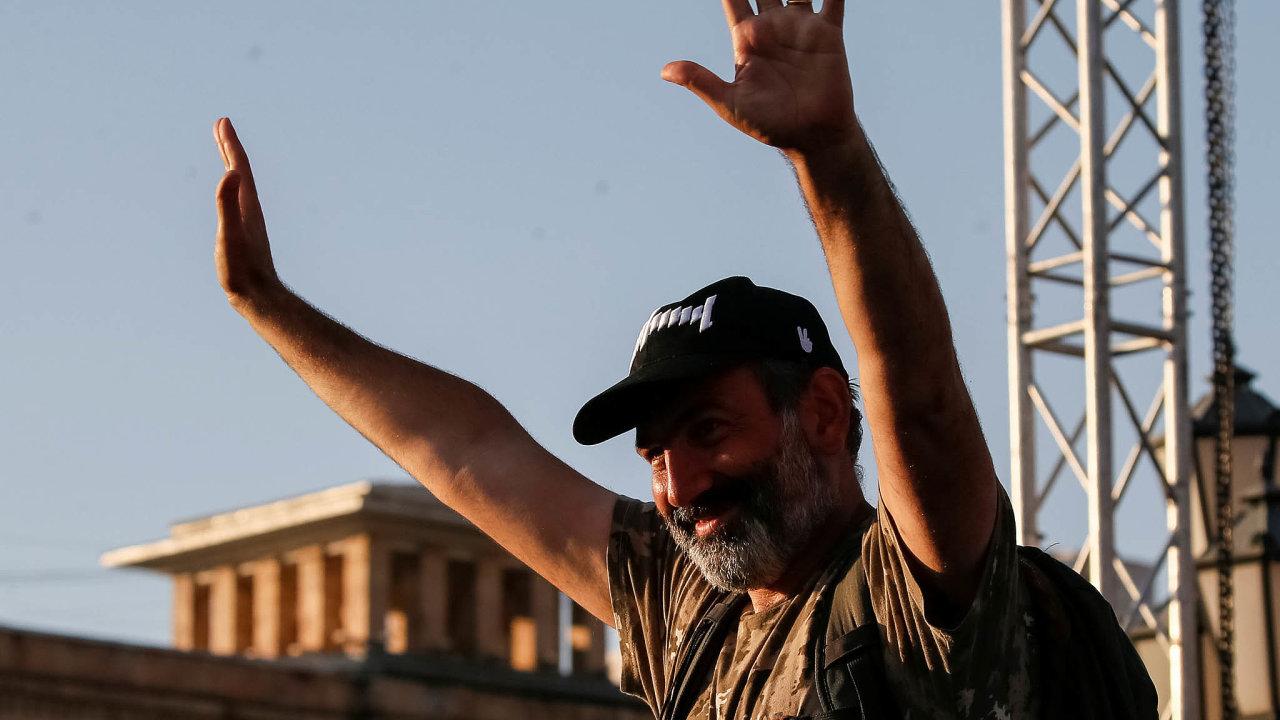 Zrodila ho ulice. Premiér Nikol Pašinjan přišel kmoci poté, co shrstkou příznivců vyrazil napochod Arménií. Nakonci cesty vJerevanu sním šlo již půl milionu lidí.