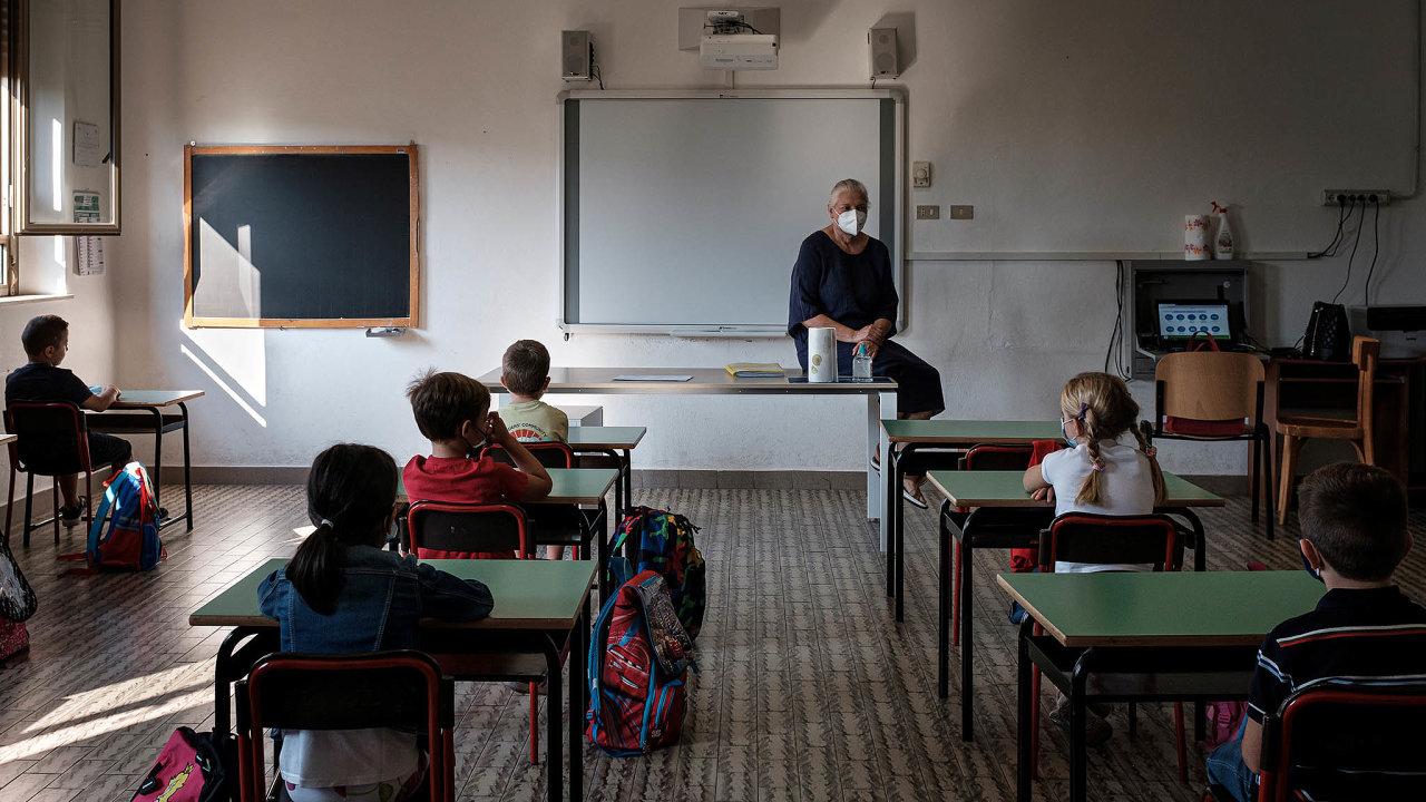 Jedno dítě– jedna lavice. VItálii ivjiných koutech Evropy zásadně nedávají kjedné lavici ve škole dvě děti.