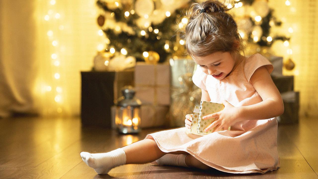 Rodiče neudělají chybu ani stakovými dárky, které sami znají zdětství.