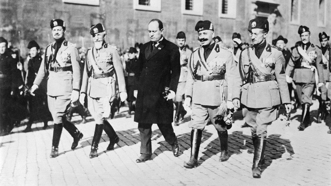 Z dobových dokumentů, svědectví i ryzí fikce vystupuje v románu Syn XX. století detailní obraz turbulentní doby a fašistického hnutí. Fotografie z roku 1922 zachycuje Mussoliniho pochod na Řím.