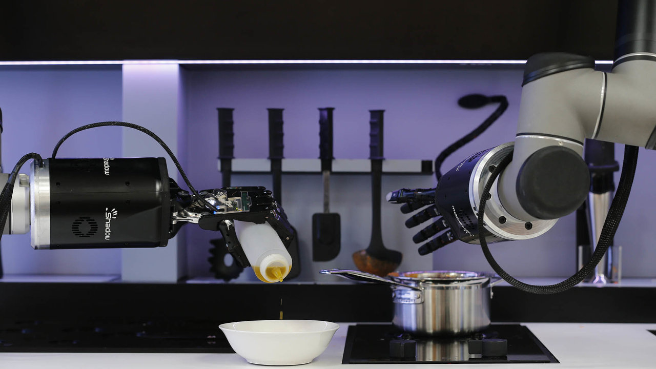 Robotický systém odfirmy Moley si sám připraví suroviny, smíchá je vpožadovaném poměru anavaří. První prototyp (nasnímku) vznikl už vroce 2015, firma ho postupně vylepšuje.