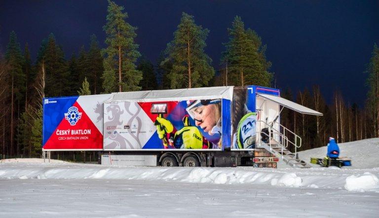 Kamion má poměrně krátké přejezdy mezi závody a pak vždy stojí dva týdny v mrazu nebo vlhku.