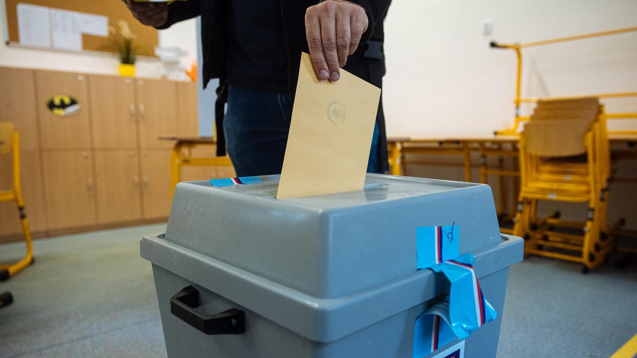 Senátoři ve čtvrtek schválili volební zákon, podle něhož budeme letos volit poslance. Pohádali se však kvůli tomu, zda předlohu poslancům nevrátit, aby do ní zahrnuli ještě korespondenční volbu.