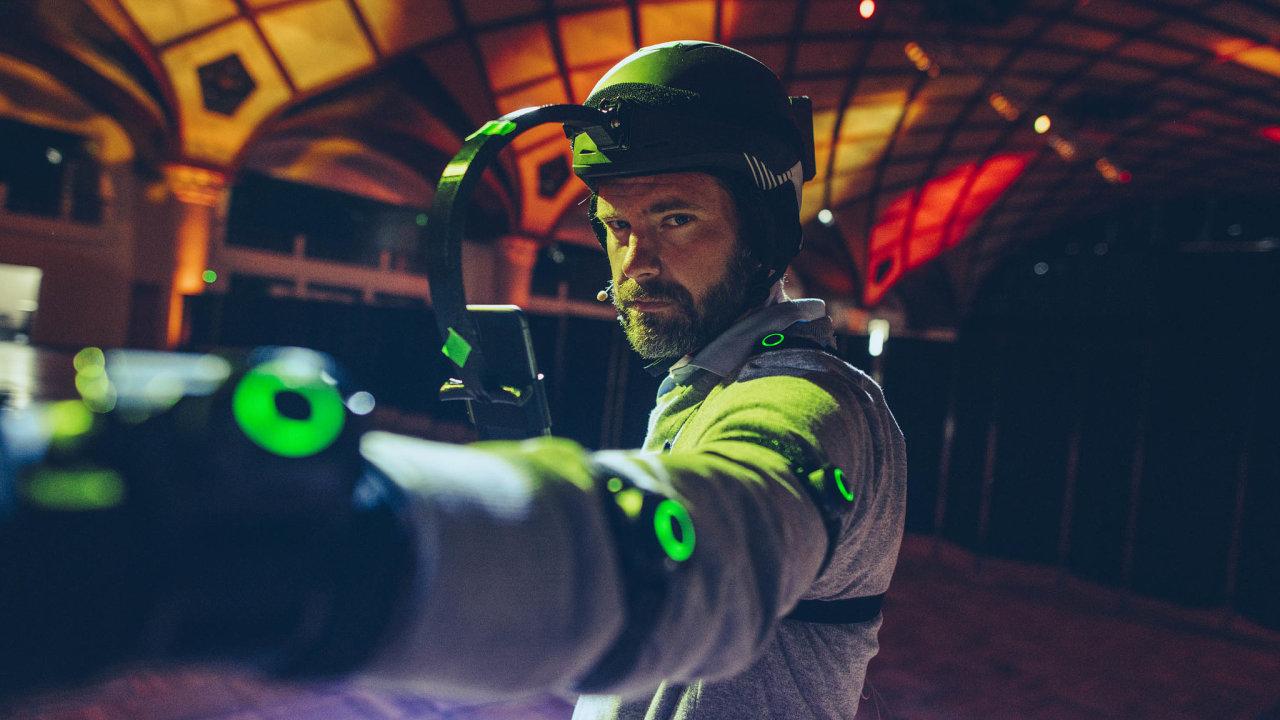 Herec vybavený pohybovými a obrazovými senzory, který posloužil jako figurant pro vytvoření hologramu Františka Křižíka.