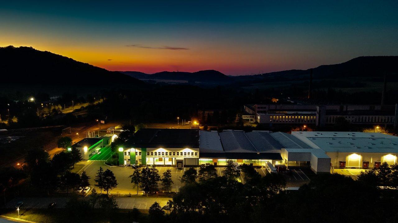 Centrálu s prvním logistickým skladem otevřela Hopi v Klášterci na Ohří již v roce 1993, pouhý rok poté, kdy František Piškanin začal v Karlových Varech kroniku rodinné firmy psát (ilustrační foto).