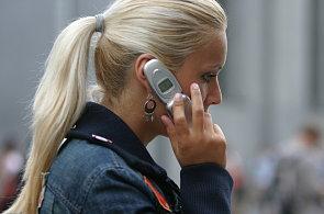 Dívka telefonuje z mobilu, ilustrační foto