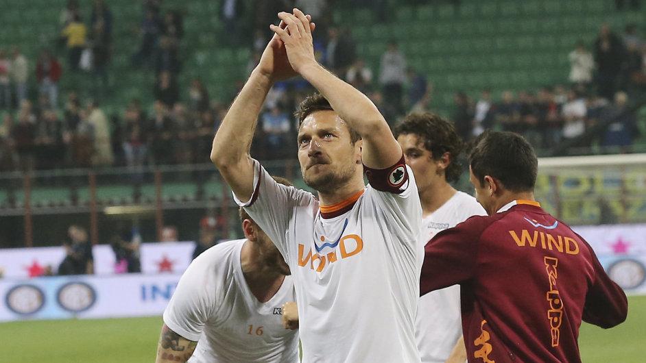 Kapitán Francesco Totti slaví postup do finále italského poháru