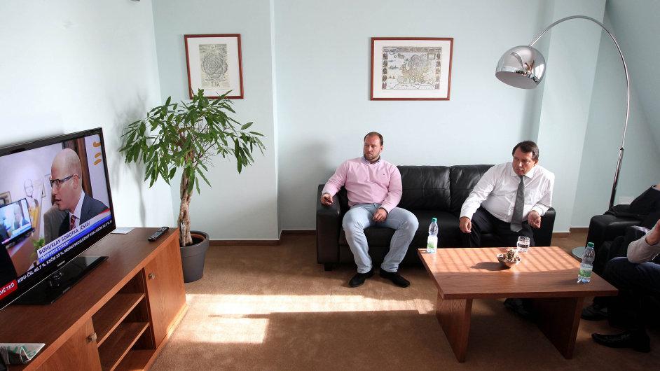 Jiří Paroubek a Jiří Šlégr (LEV 21) sledují volební výsledky.