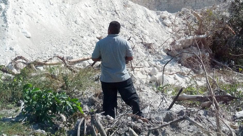 Pyramida Nohmul v Belize. Její zbytek skončil pod novou silnicí.
