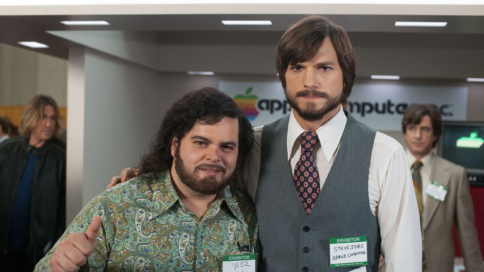Steve Wozniak (Josh Gad) a Steve Jobs (Ashton Kutcher) ve filmu Jobs