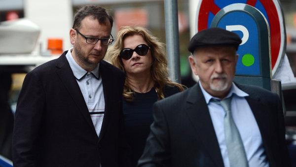Jana Nečasová (Nagyová) přichází s Petrem Nečasem a advokátem Eduardem Brunou k výslechu.