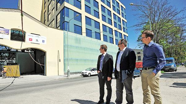 Socialbakers (zleva Ji�� Voves, Josef �lerka a Jan �e��b) se budou brzy st�hovat do nov�ch prostor ve Foru Karl�n.