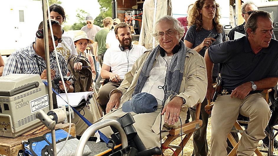 Režisér Bertrand Tavernier při natáčení filmu V elektrizující mlze