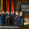 Vince Gilligan a �t�b seri�lu Pern�kov� t�ta p�eb�raj� cenu Emmy.