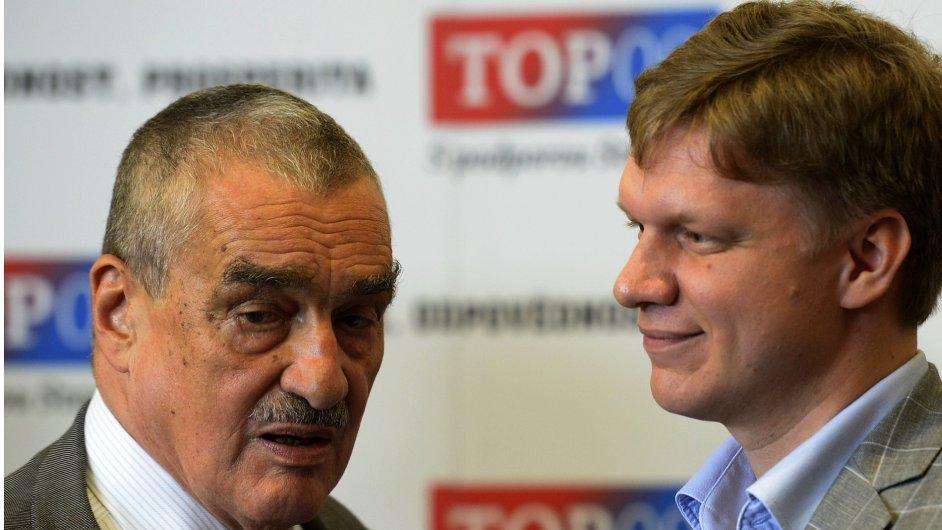 Předseda TOP 09 Karel Schwarzenberg (vlevo) a pražský primátor Tomáš Hudeček ve volebním štábu strany v Praze
