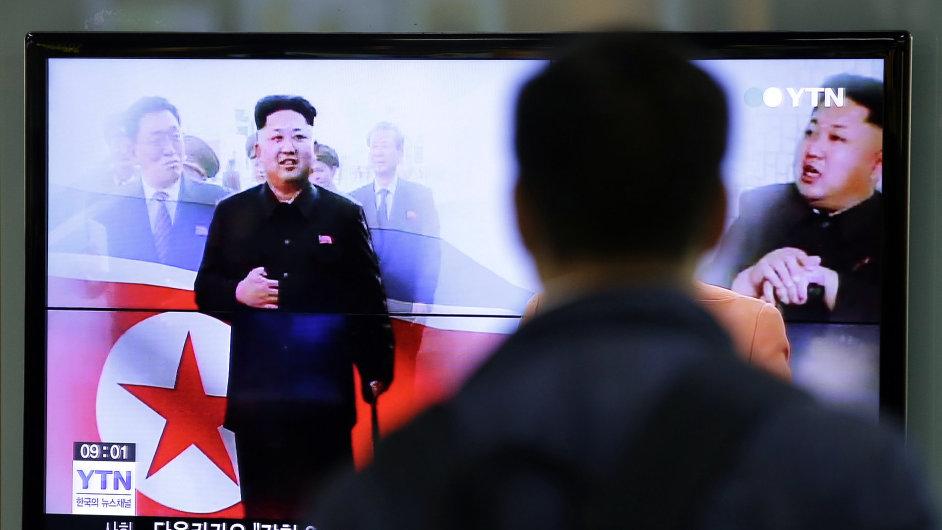 Muž sleduje televizní zprávy s Kim Čong-unem.