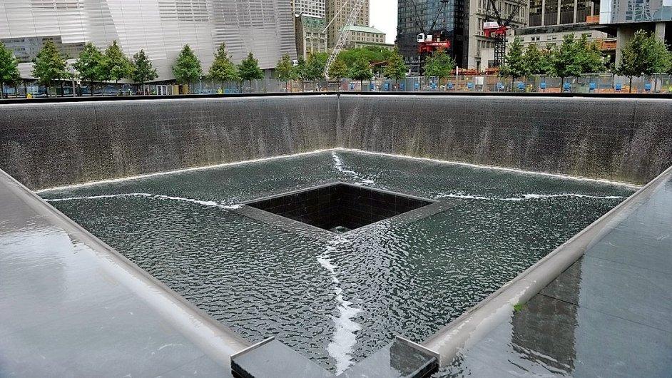 Památník obětí 11. září na místě bývalého Světového obchodního centra tvoří dva obří bazény s vodou přepadávající hluboko do černých čtverců, kde do 11. září 2001 byly základy původních dvou budov.