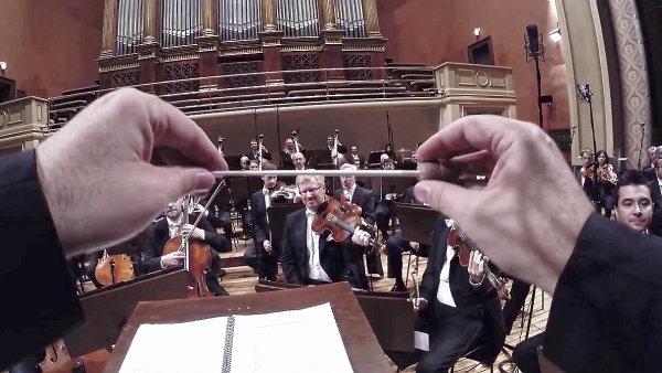 Orchestr o�ima dirigenta. �esk� filharmonie na n�stroje um�stila kamery