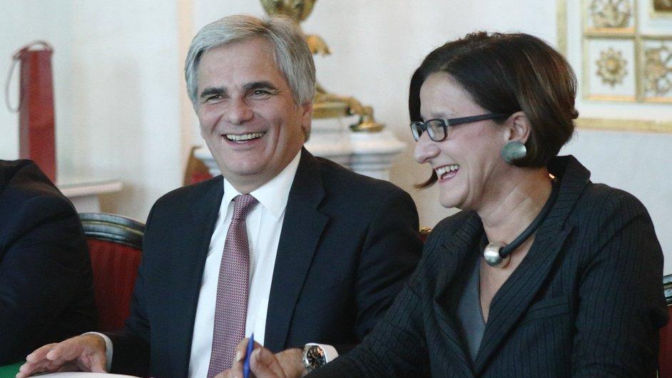 Rakouská ministryně vnitra Johanna Miklová-Leitnerová spolu s rakouským kancléřem Wernerem Faymannem na archivním snímku.