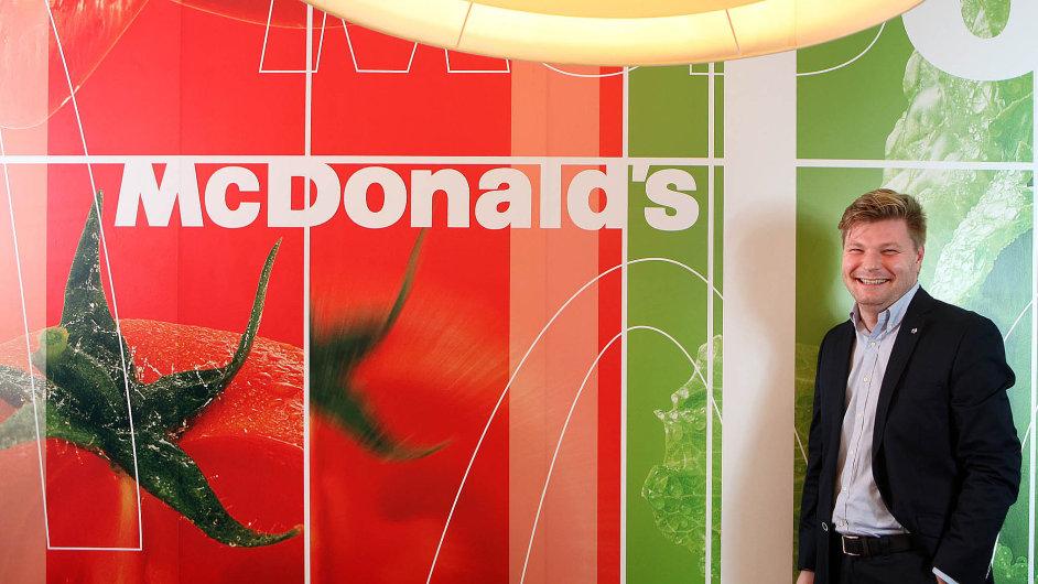 Tomasz Rogacz pracuje pro McDonald's 13 let, začínal u výdejního pultu.