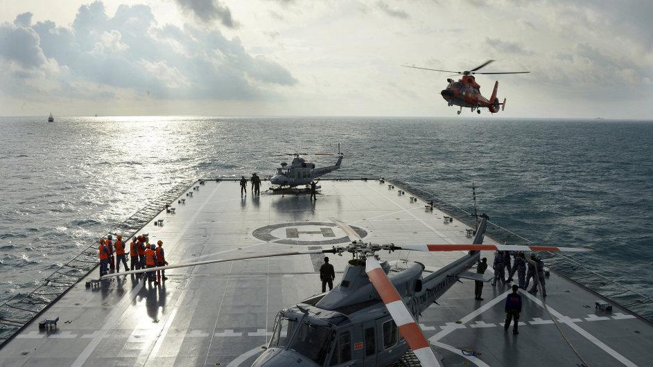 Přípravy na vyzvednutí ocasu havarovaného letounu z moře.