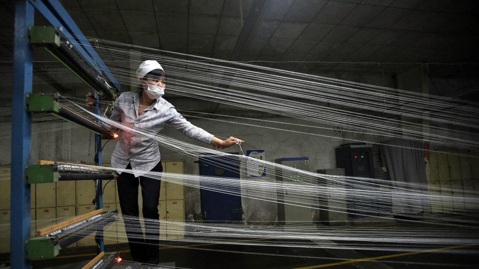 Tisíc sto šestnáct sekund. Přesně tak dlouho trvá zaměstnancům čínské továrny ve městě Tungkuan na jihu Čínské lidové republiky ušít pánskou košili.
