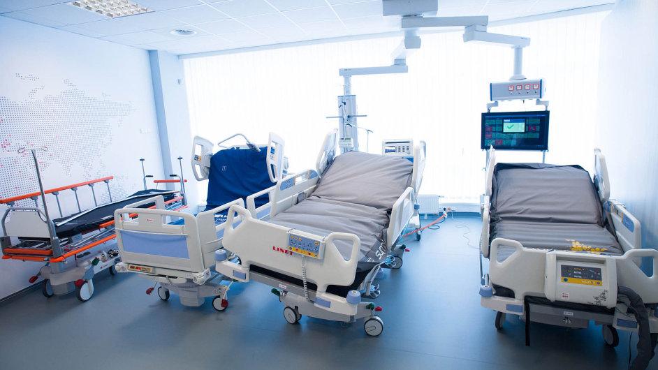 Zákazníci platí firmě Linet za její nemocniční lůžka výrazně později, než firma platí svým dodavatelům. Proto společnost využívá provozní úvěr ve výši 800 milionů korun, převážně v eurech.