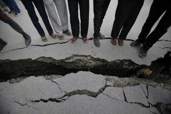 Nepálci sledují praskliny v zemi.